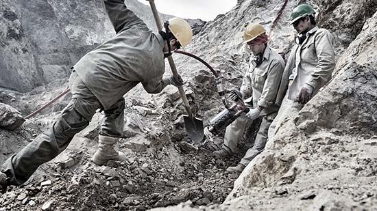 Рабочие добывают серебро. Пример добычи серебра.